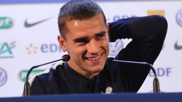 Phóng viên chơi khăm Griezmann tại họp báo - Bóng Đá