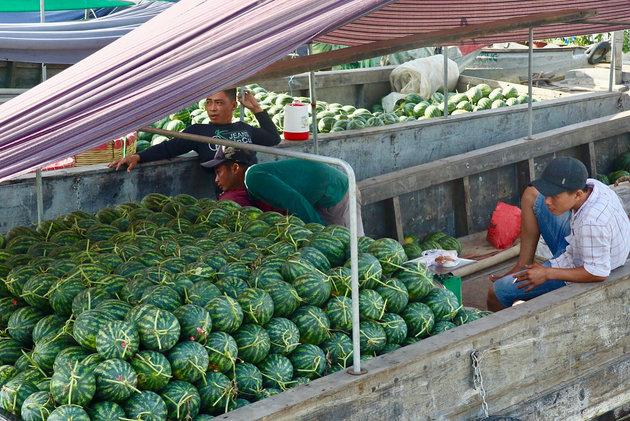 Chris Smalling về miền Tây khám phá chợ nổi - Bóng Đá