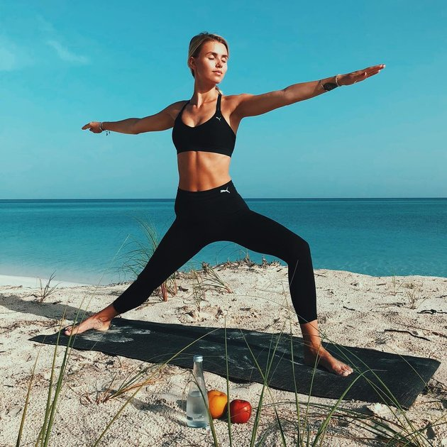 Tranh thủ nghỉ Hè, bạn gái Marco Reus giấu quần tắm biển - Bóng Đá