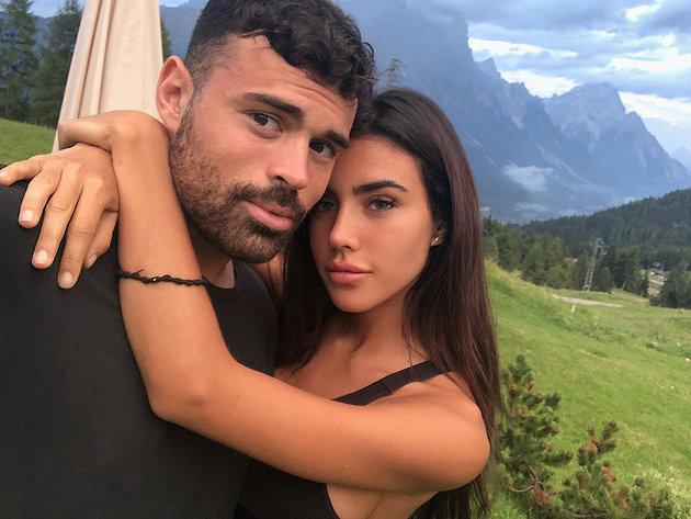 Tuyên truyền chống hút thuốc, bạn gái của cựu sao Milan cởi áo khoe ngực - Bóng Đá