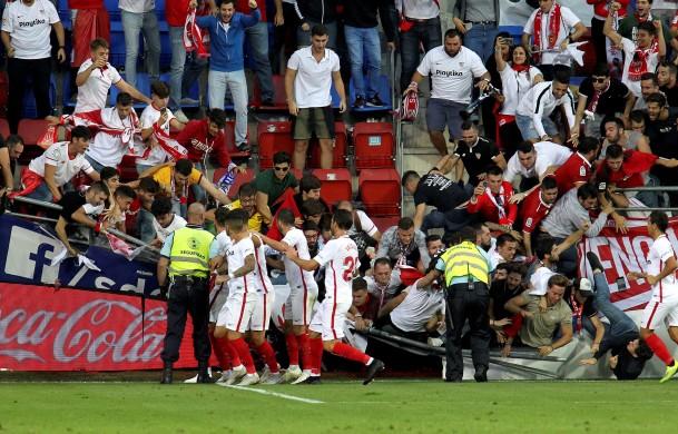 8 fan Sevilla nhập viện vì sự cố sập hàng rào - Bóng Đá