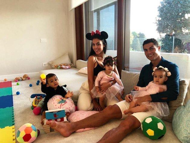 Giữa bão scandal, Ronaldo tung ảnh hạnh phúc - Bóng Đá