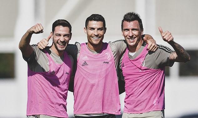 Không lên tuyển, Ronaldo đi đâu làm gì? - Bóng Đá