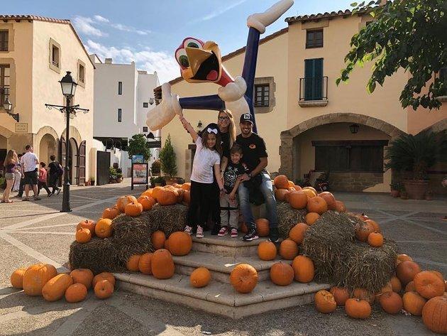 Gia đình Suarez ăn Halloween sớm - Bóng Đá