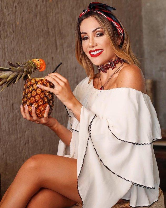 Vợ Firmino thách thức mùa Đông bằng loạt ảnh thiếu vải - Bóng Đá