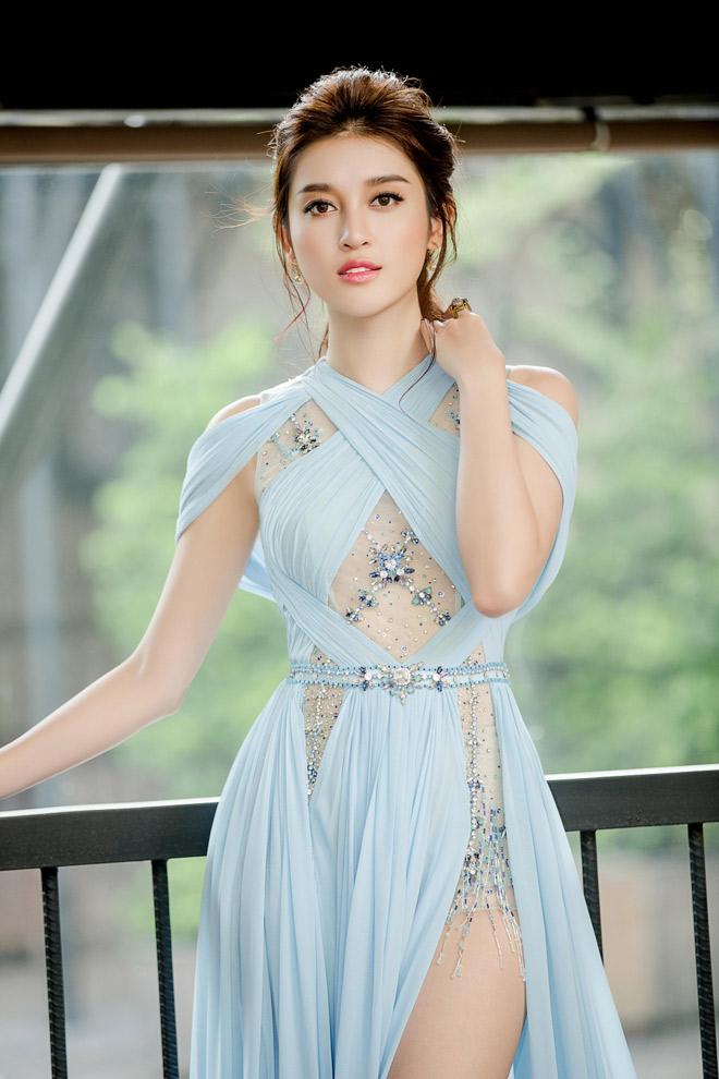 Á hậu Huyền My nhí nhảnh cổ vũ tuyển Việt Nam trên khán đài Mỹ Đình - Bóng Đá