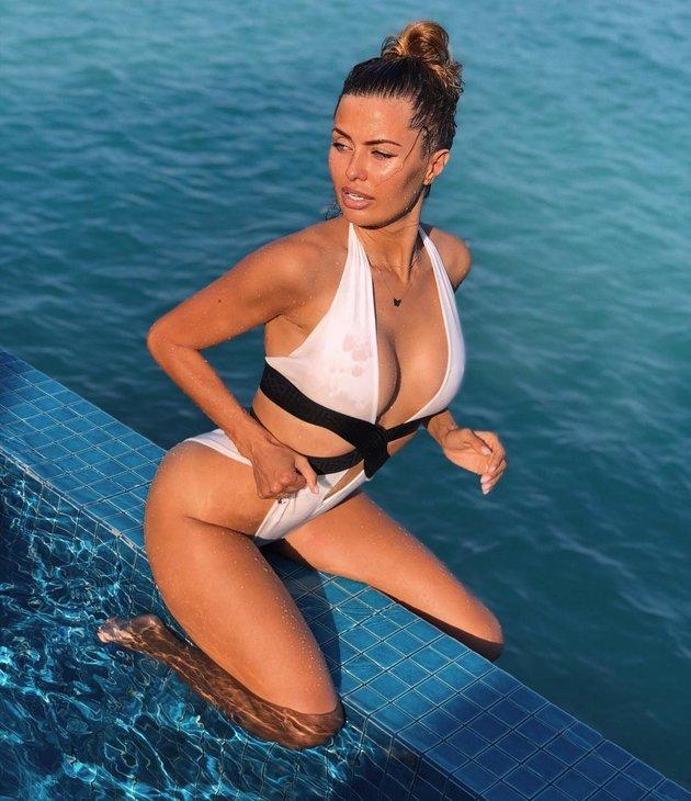 Fellaini từ bỏ đầu xù, bạn gái cũng xuống tóc mặc bikini đốt mắt fan - Bóng Đá