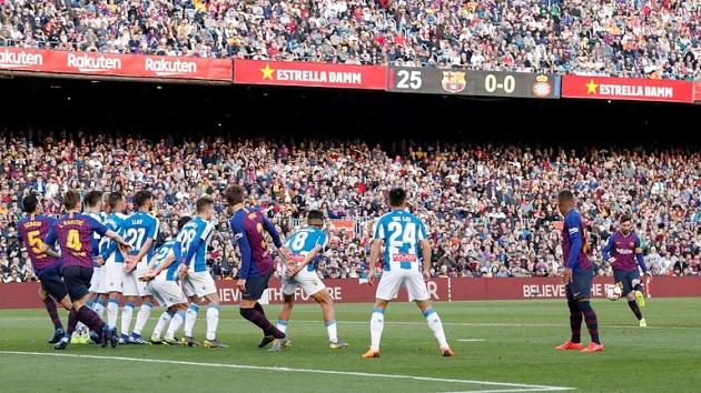 CĐV Barca trầm trồ với bàn thắng đá phạt kiểu panenka của Messi - Bóng Đá