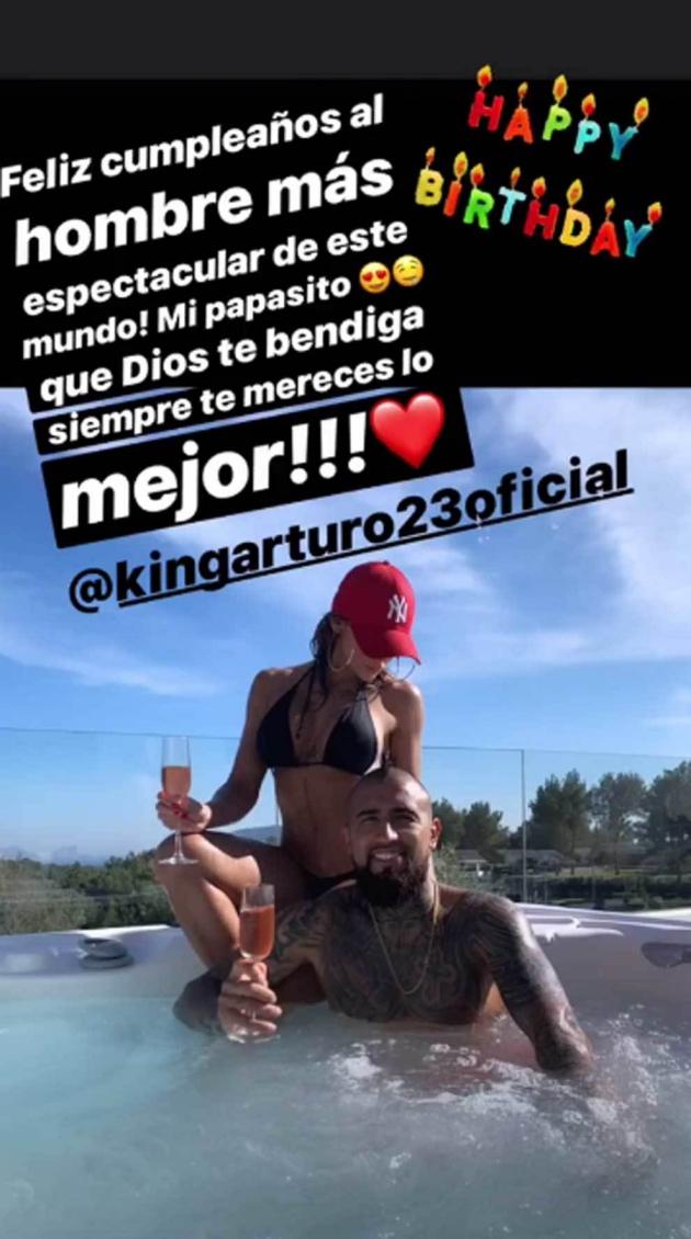 Vidal tổ chức sinh nhật bên người mẫu bốc lửa (ảnh) - Bóng Đá