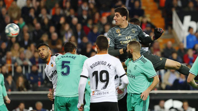 Courtois: I'm two metres tall and opponents get nervous when I go up for corners - Bóng Đá