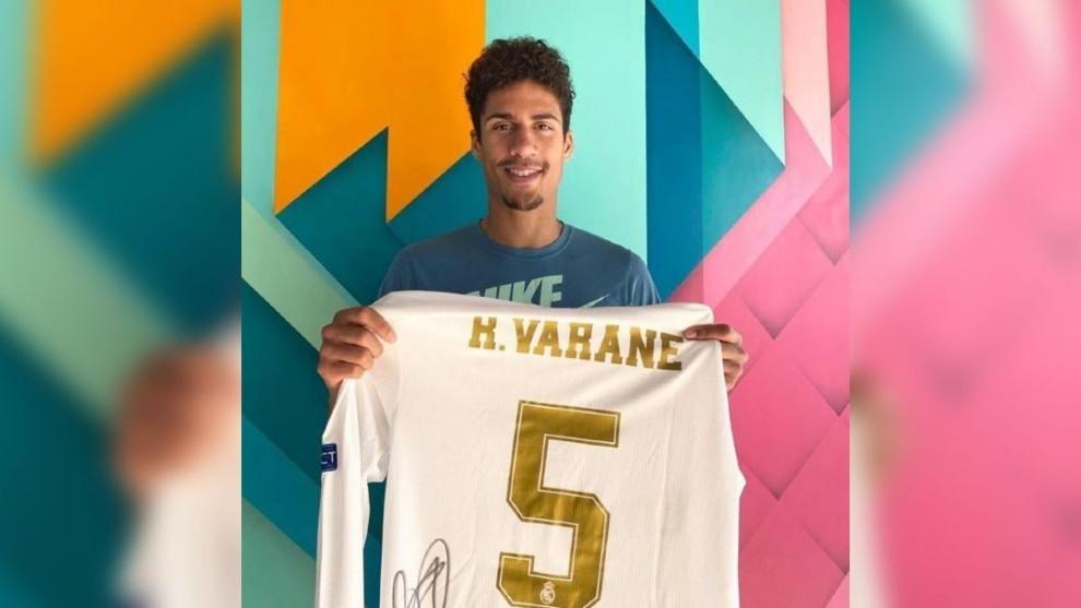 Varane raises 4,300 euros for Lens hospitals by auctioning shirt - Bóng Đá