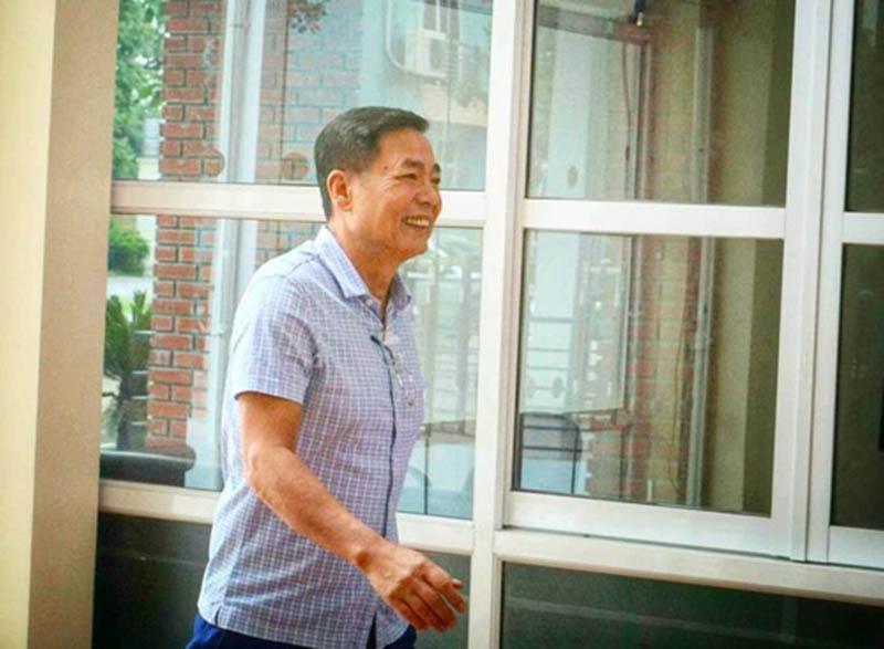 Ông Trần Mạnh Hùng tươi cười đến cuộc họp VPF - Bóng Đá