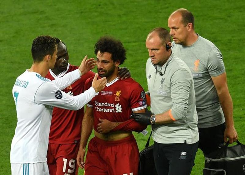 Tại sao Ronaldo là người đầu tiên đến động viên khi Salah rời sân? - Bóng Đá