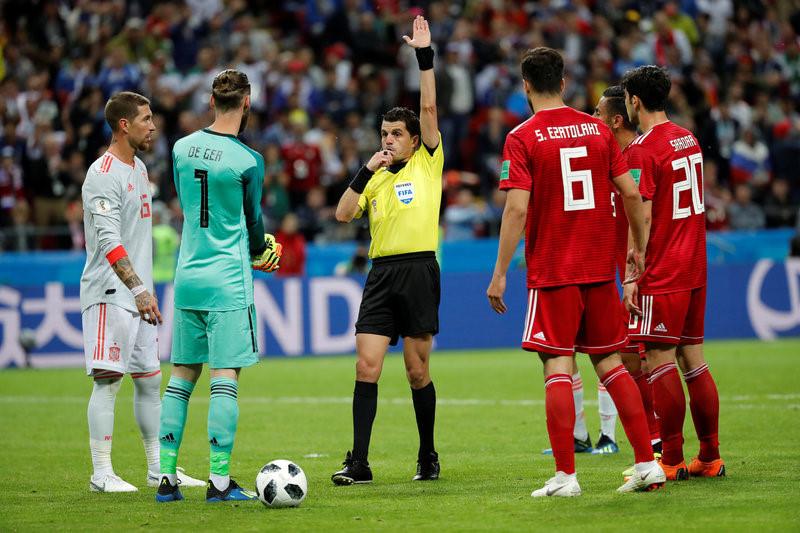 Cầu thủ Iran làm trò hề với pha santo ném biên hỏng ở phút bù giờ - Bóng Đá