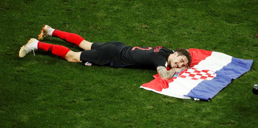 CĐV đội tuyển Anh vứt cờ, chai lọ xuống đường - Bóng Đá