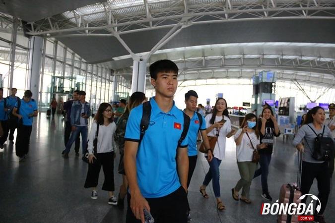 Chùm ảnh: Tuyển Việt Nam tạm biệt NHM, lên đường sang Malaysia - Bóng Đá