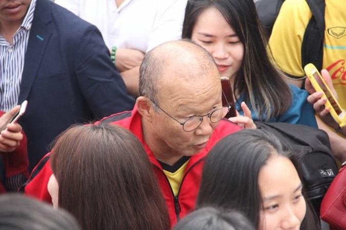 Tuyển Việt Nam tập trung, thầy Park và Quang Hải bị
