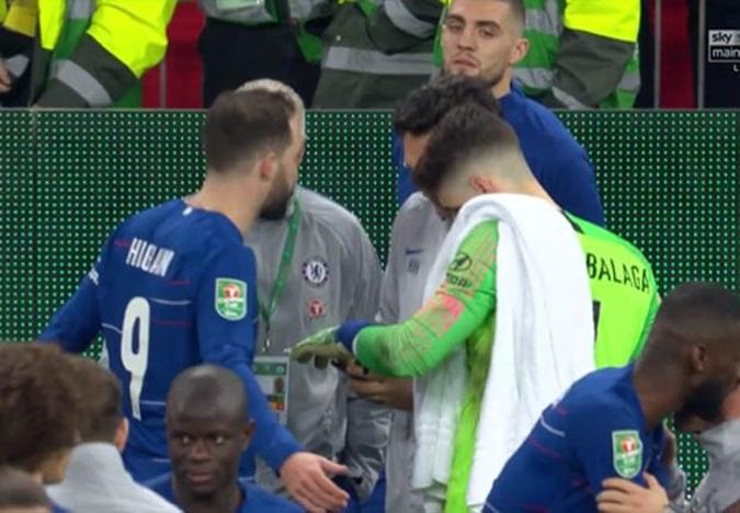 Sốc! Nổi điên vì Kepa, Sarri chỉ đạo anh bắt penalty qua... điện thoại - Bóng Đá