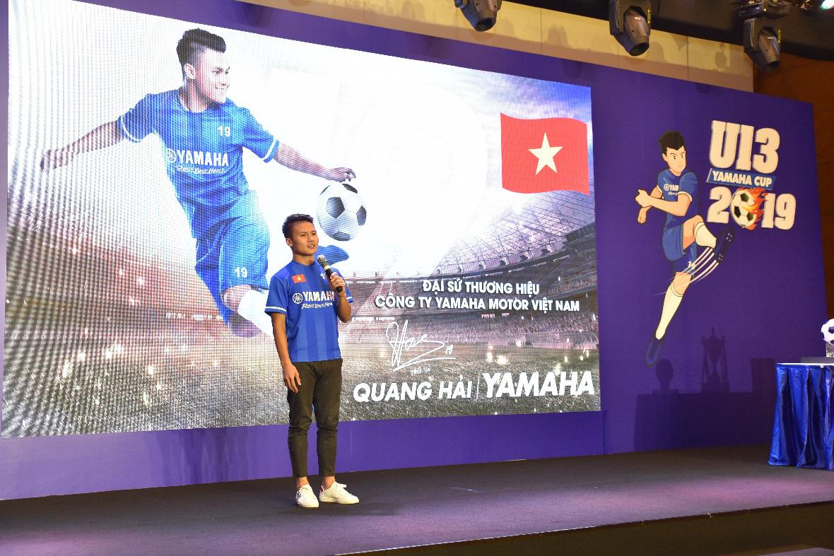 Quang Hải cùng các cầu thủ trẻ trong buổi họp báo U13 Yamaha Cup 2019.