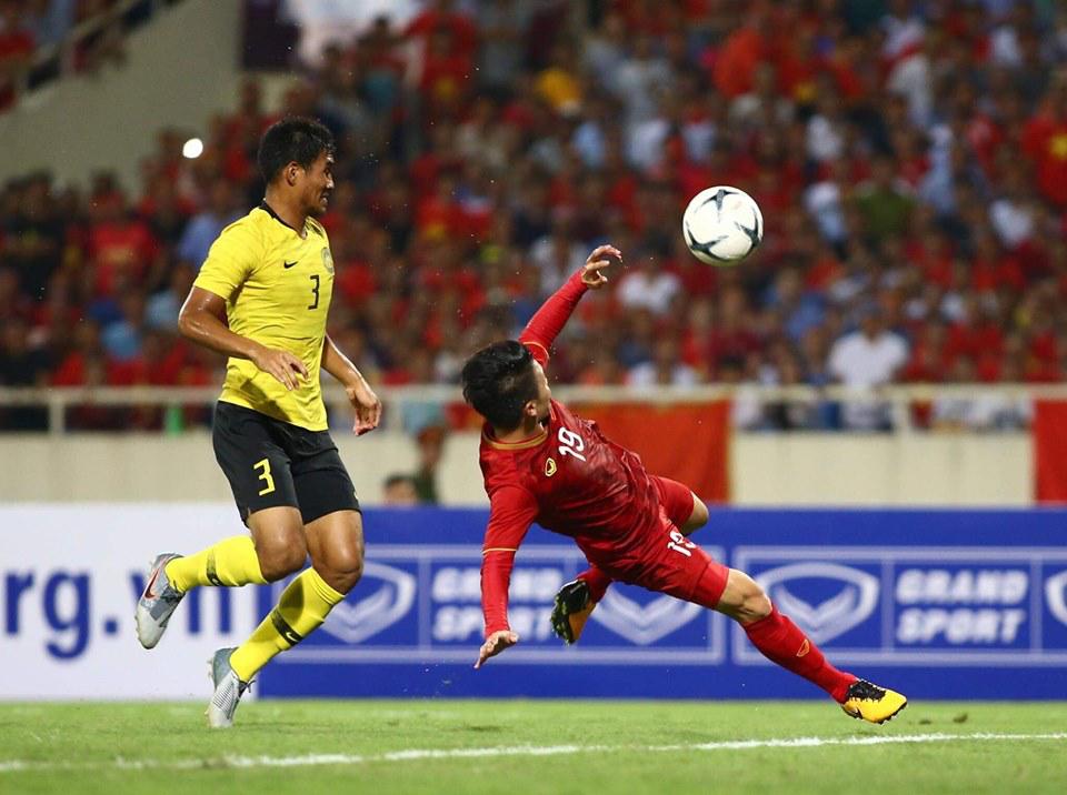 Cú volley ghi bàn siêu phẩm của Quang Hải. Ảnh: Nam Anh.