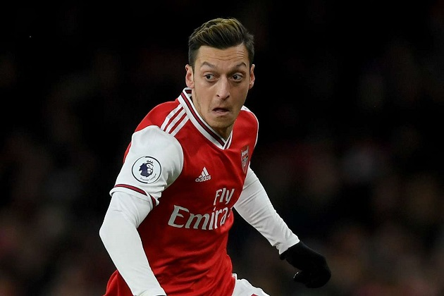 Jamie Carragher accuses Mesut Ozil of scoring 'massive own goal' by refusing to take pay cut at Arsenal - Bóng Đá