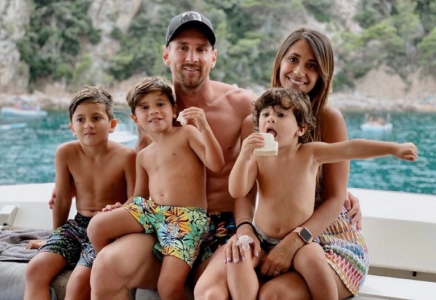 Topless Lionel Messi relaxes with wife Antonella and three kids on Ibiza holiday as he ponders Barcelona transfer exit - Bóng Đá
