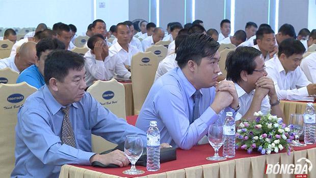 Thành viên Công ty VPF và trưởng ban trọng tài tại lớp tập huấn ở Đà Nẵng ngày 05/06. Ảnh: Cao Văn.