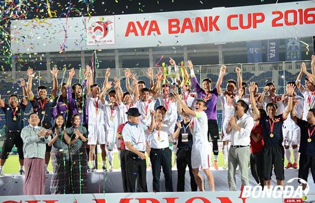 Nửa mừng, nửa lo khi ĐT Việt Nam vô địch AYA Bank Cup 2016. Ảnh: Đăng Lê.