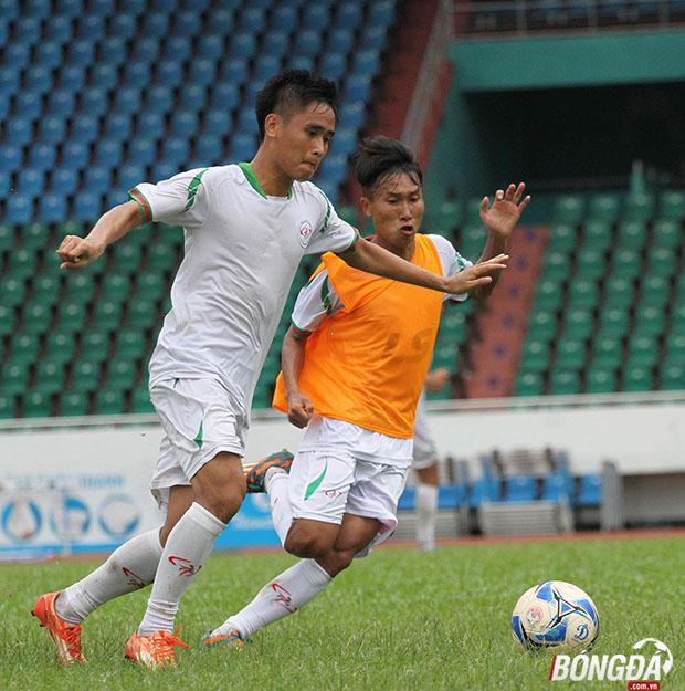 Tiền vệ Doãn Ngọc Tân (áo cam) nhanh chóng thích nghi với lối chơi của đội bóng chủ sân Thống Nhất. Ảnh: Đình Viên.