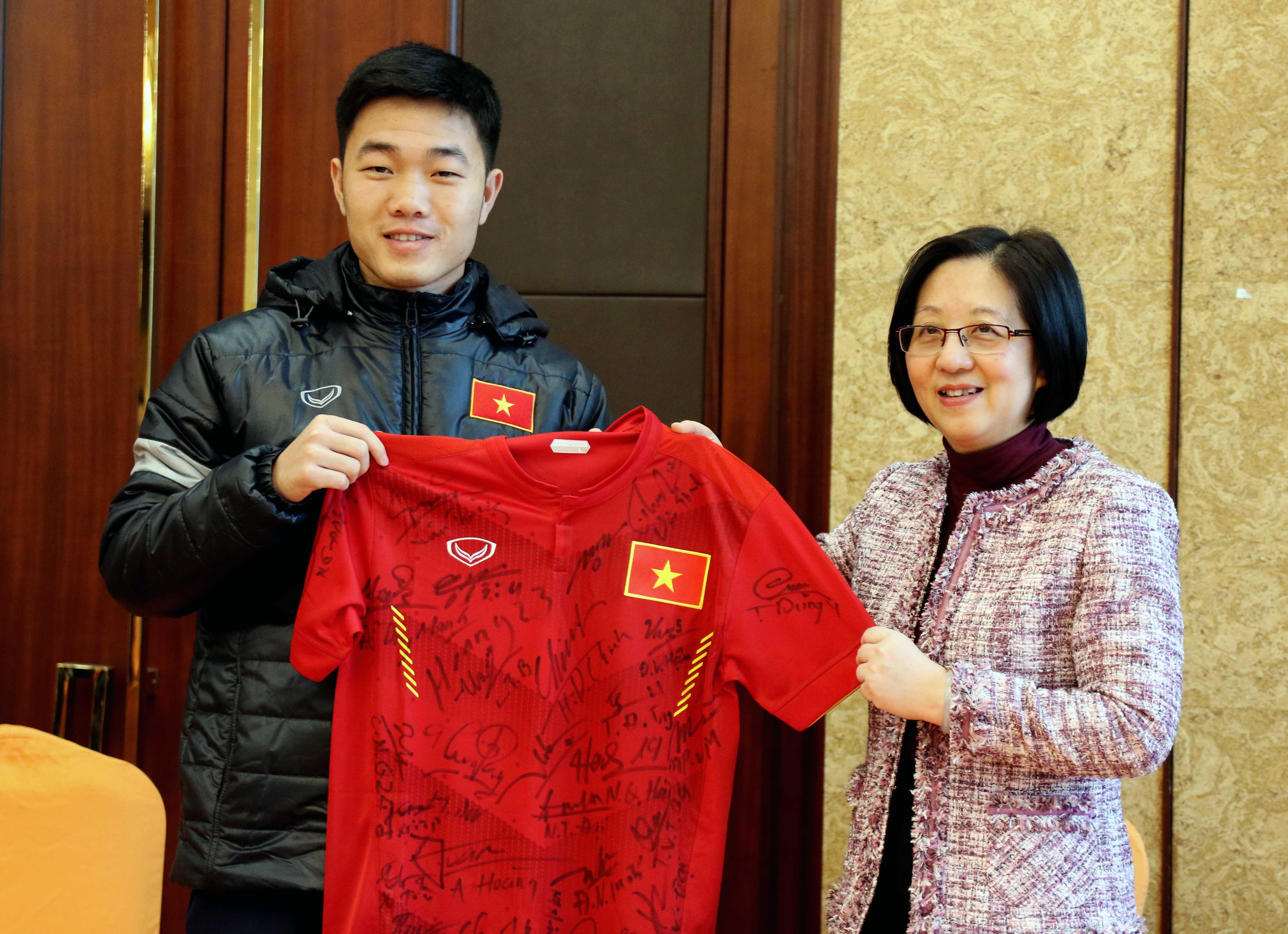 Đại diện đội trưởng U23 Việt Nam - tiền vệ Lương Xuân Trường có món quà áo đáu có đầy đu chữ ký U23 Việt Nam ở thời điểm hiện tại.