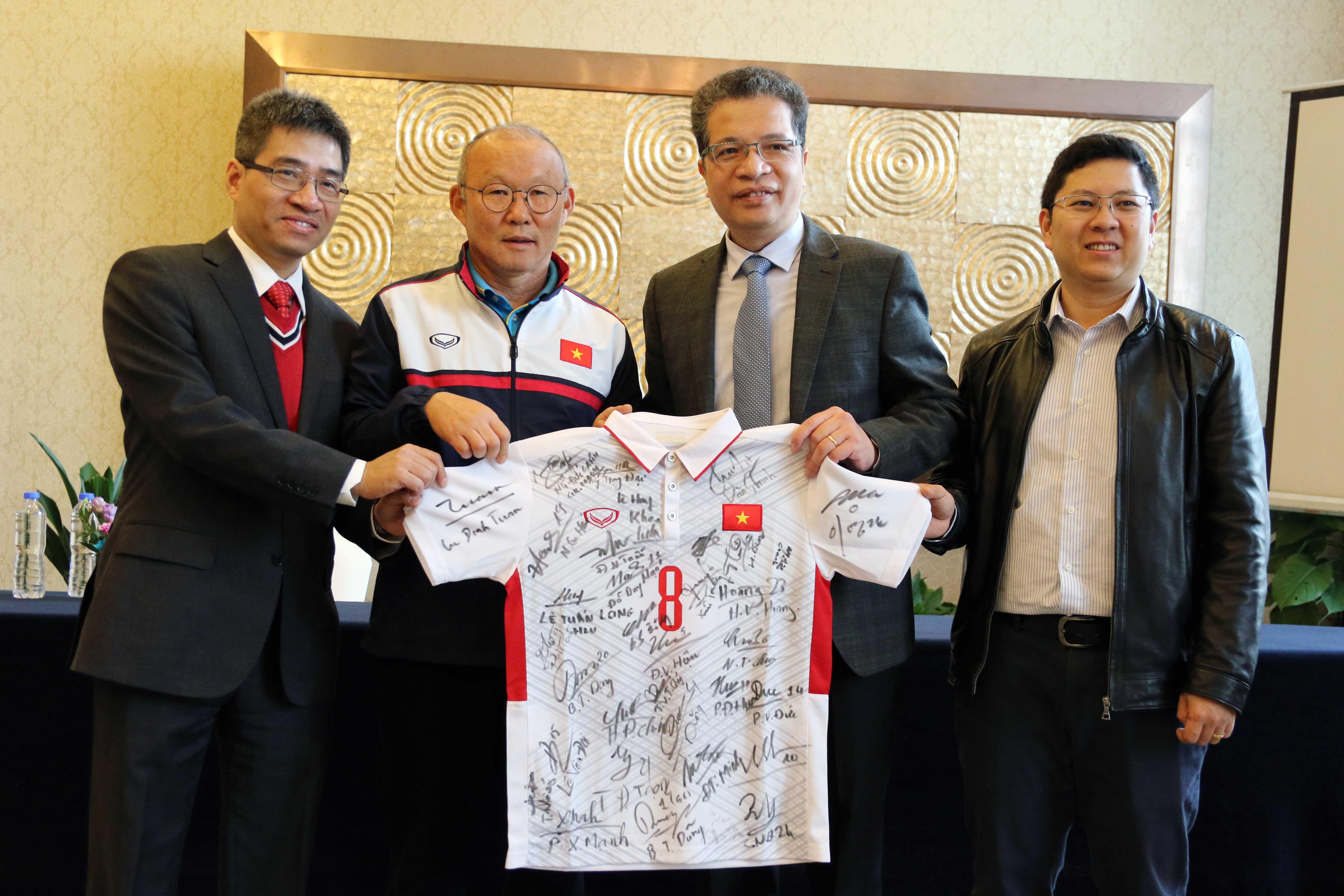 HLV trưởng Park Hang-seo tặng áo đấu có chữ ký của U23 Việt Nam cho Đại sứ đặc mệnh toàn quyền Việt Nam tại Trung Quốc.