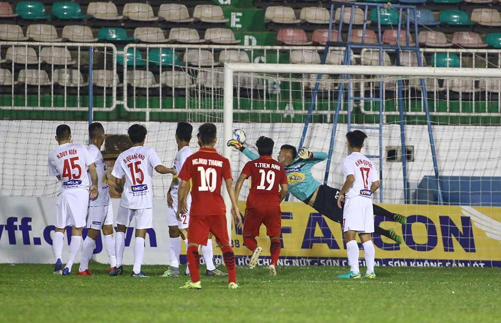Nguyễn Hồng Sơn ghi bàn mở tỉ số 1-0 cho U19 Việt Nam