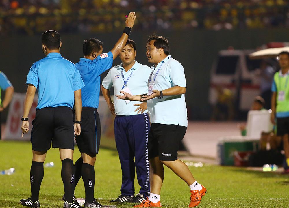 SỐC: Trận cầu 6 bàn thắng, 2 HLV bị đuổi và 1 thẻ đỏ - Bóng Đá