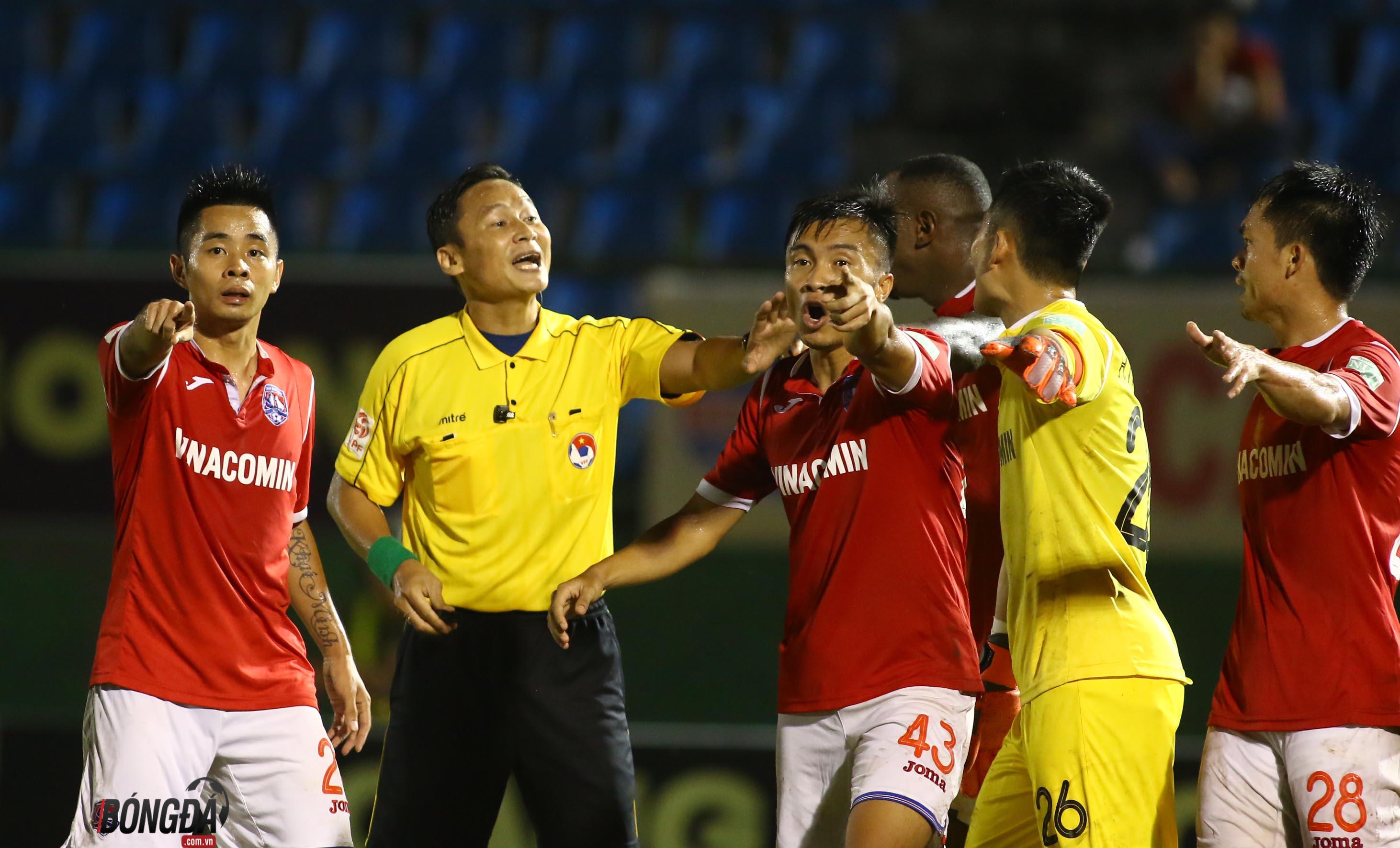 Sân Gò Đậu: Trọng tài quên rút thẻ đỏ, Bình Dương mất chiến thắng - Bóng Đá