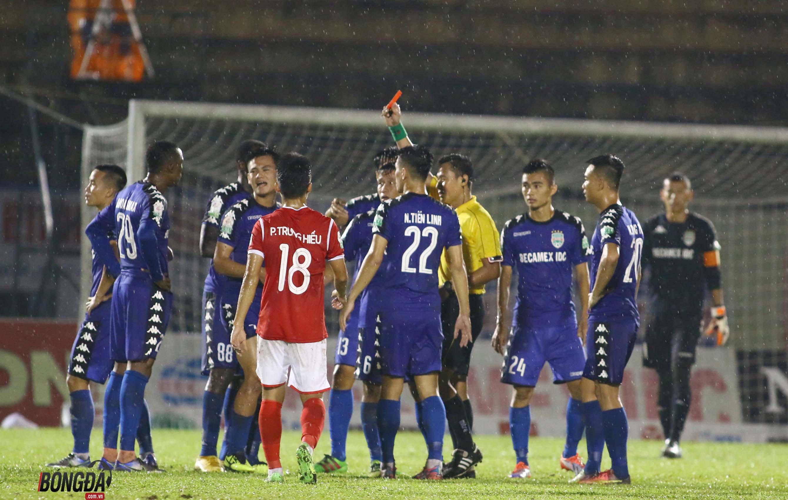 SỐC: Trọng tài quên rút thẻ đỏ, Bình Dương mất chiến thắng trên sân Gò Đậu - Bóng Đá