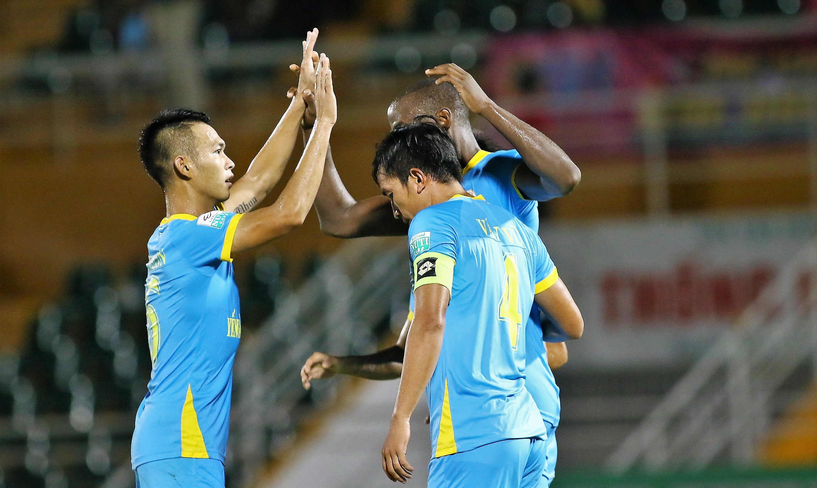 Đấu sớm vòng 22 V-League: SLNA đại thắng trên sân Vinh, Hà Nội