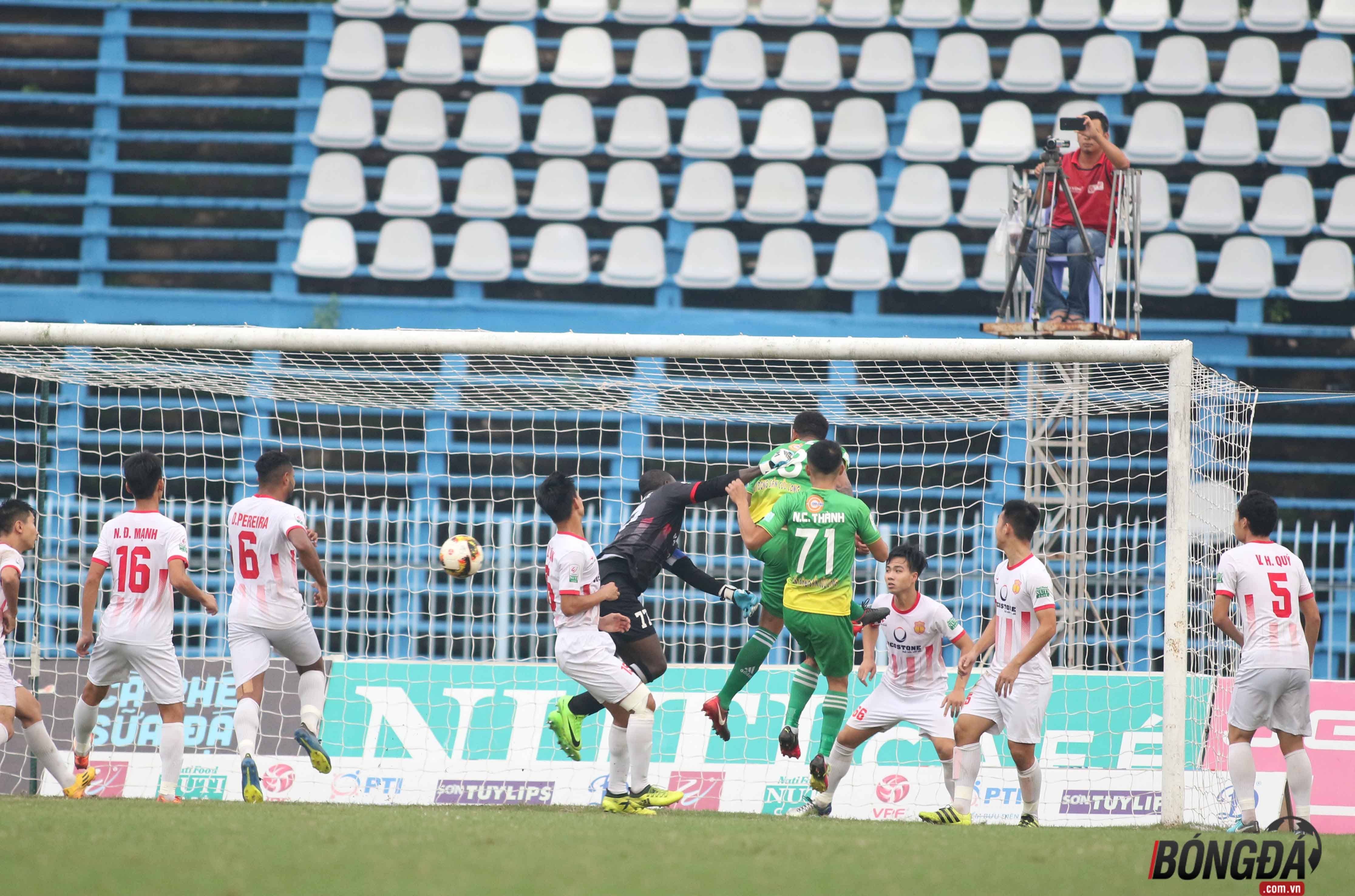 Hòa như thắng trên sân Cần Thơ, CĐV Nam Định quậy tưng bừng - Bóng Đá