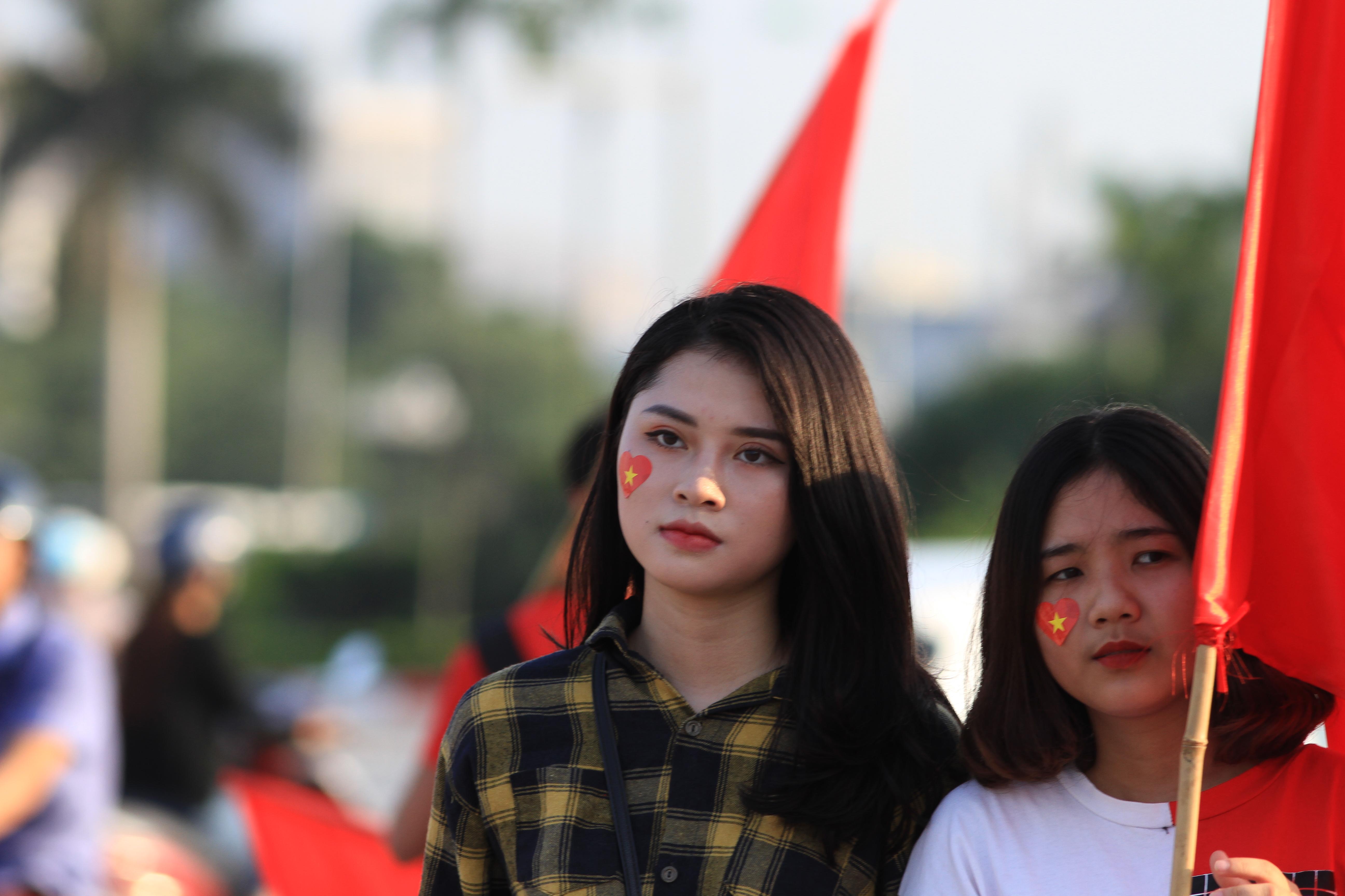 Bóng hồng Việt đọ sức mỹ nhân Thái trên khán đài AFF Cup 2018 - Bóng Đá