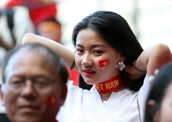 Fan nữ xinh đẹp Việt Nam đọ sức Hot girl Philippines trước giờ G - Bóng Đá