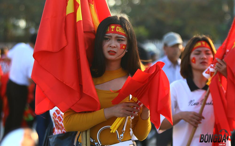 Chùm ảnh hotgirl bốc lửa cổ vũ ĐT Việt Nam - Bóng Đá