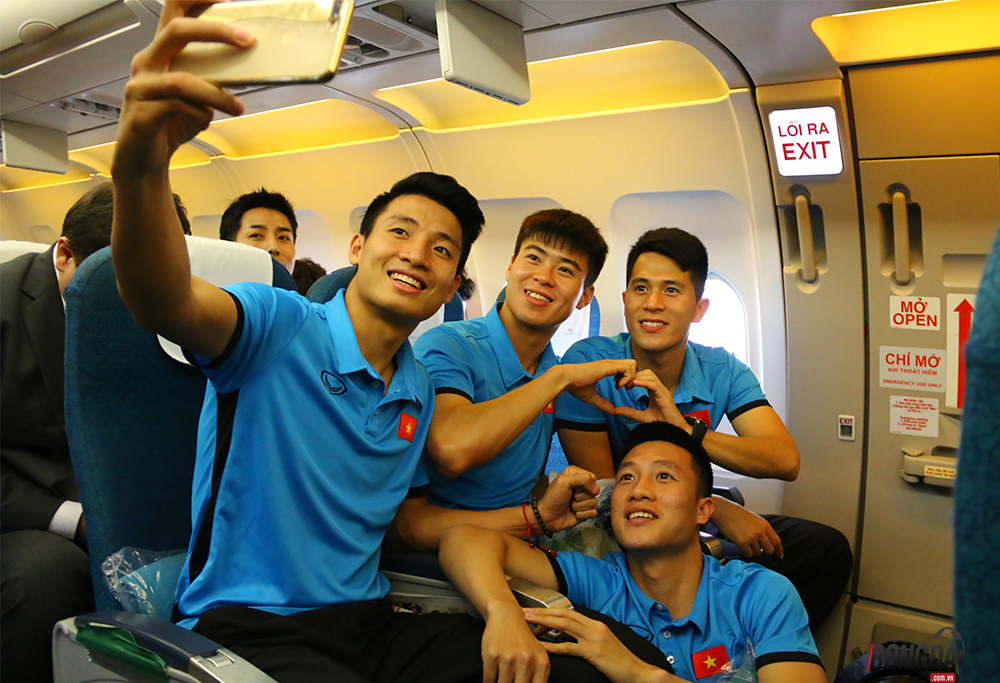 Đức Chinh chụp hình gái xinh, Duy Mạnh và Đình trọng thả thính trên máy bay - Bóng Đá