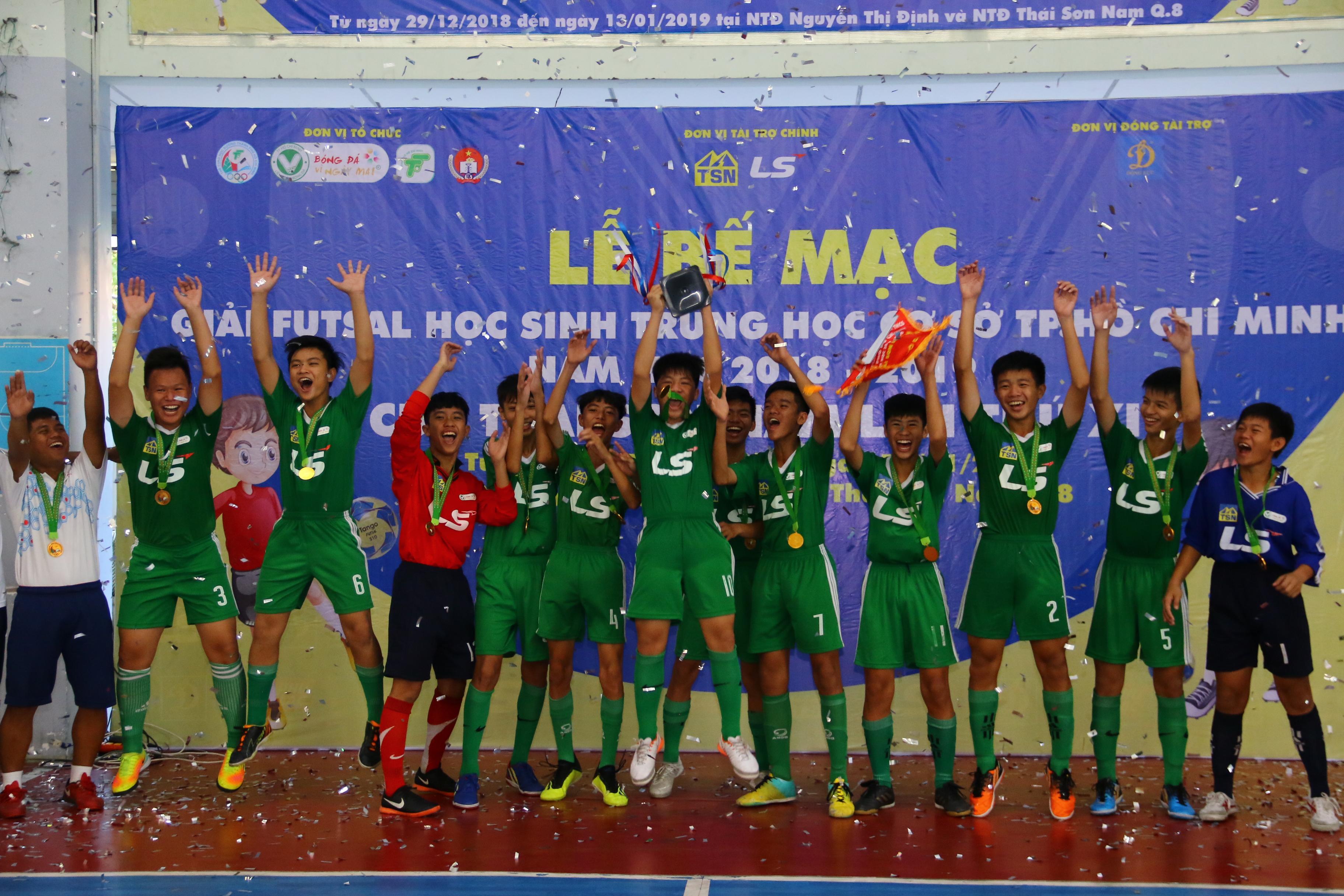Năng khiếu Nguyễn Thị Định vô địch giải futsal học sinh THCS TPHCM - Bóng Đá