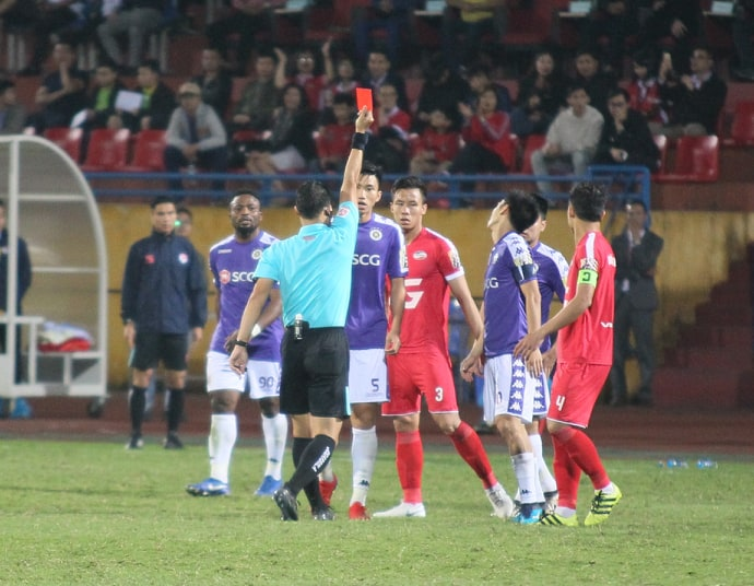 Fan Quang Hải, Duy Mạnh đội mưa cổ vũ Hà Nội FC - Bóng Đá