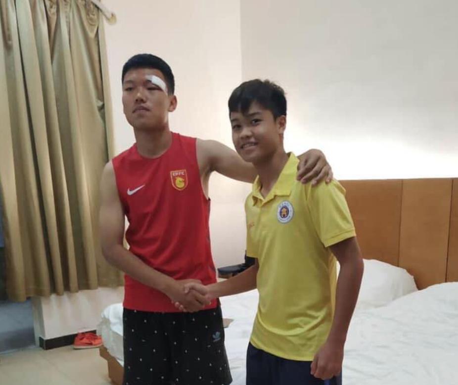 Đấm cầu thủ Trung Quốc khâu 6 mũi, đàn em Quang Hải vào bệnh viện xin lỗi - Bóng Đá