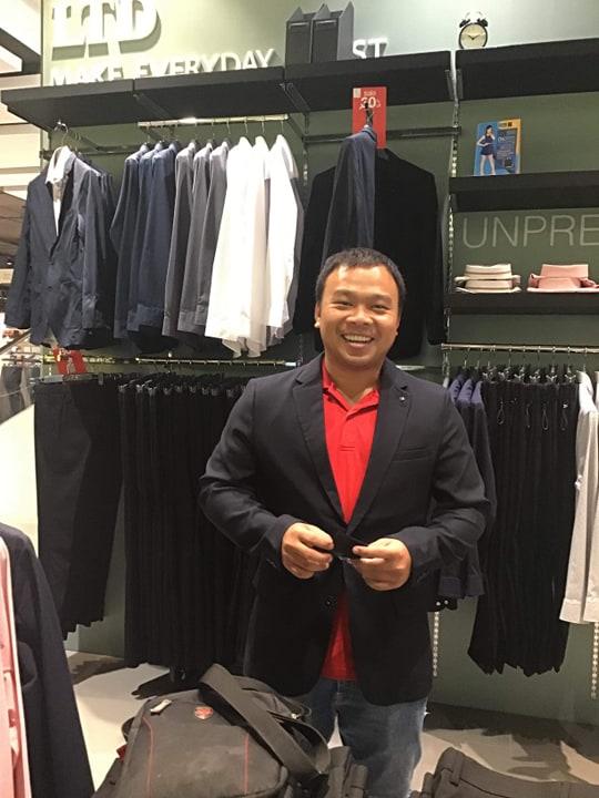 """Phóng viên Việt """"phát hoảng"""" khi mặc vest tác nghiệp chung kết King's Cup - Bóng Đá"""