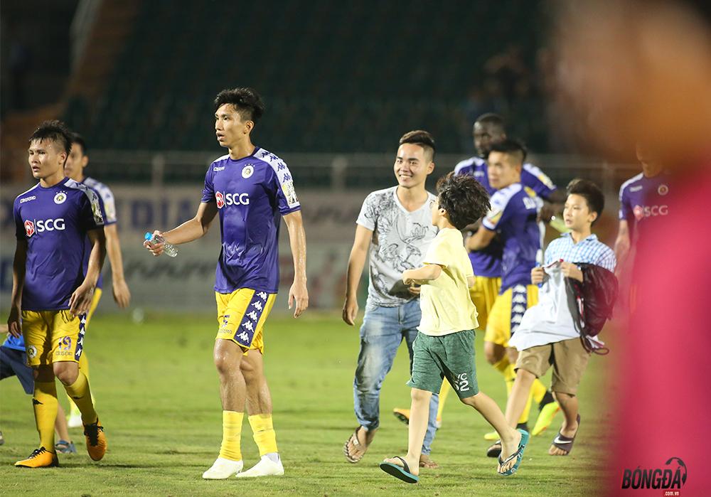 Fan nhí vượt rào lao xuống sân xin chữ ký Quang Hải - Bóng Đá