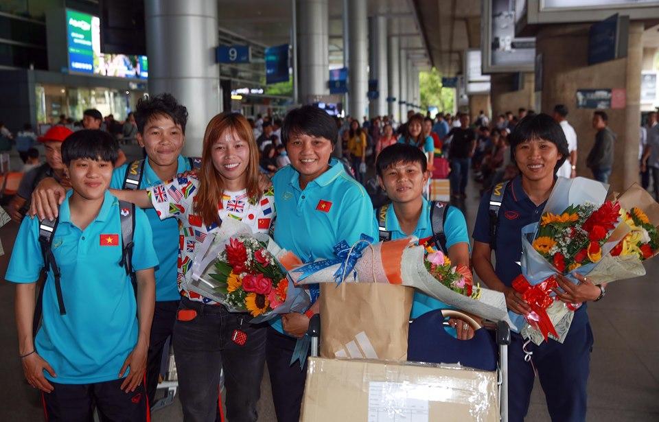 Các cô gái vàng Việt Nam được chào đón ở sân bay - Bóng Đá