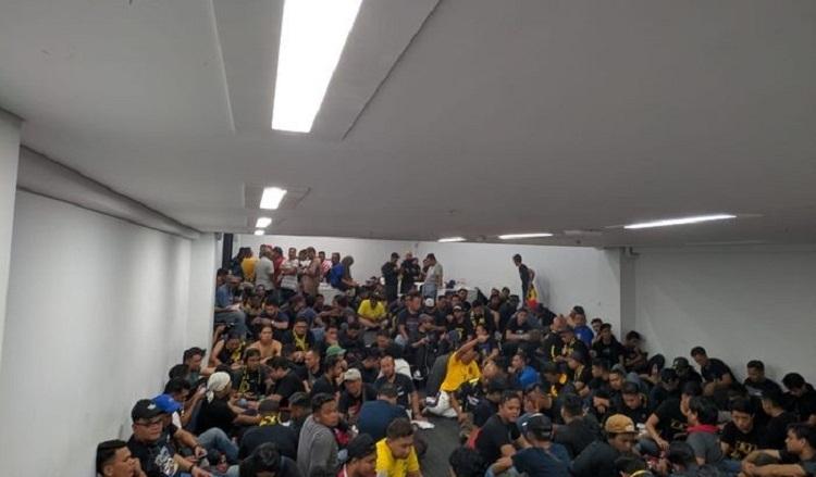 CĐV Indonesia tấn công CĐV Malaysia gây bạo loạn trên sân Bung Karno - Bóng Đá