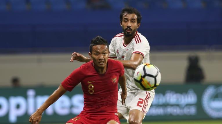 Indonesia (áo đỏ) thi đấu bạc nhược trong trận thua 0-5 trước UAE.