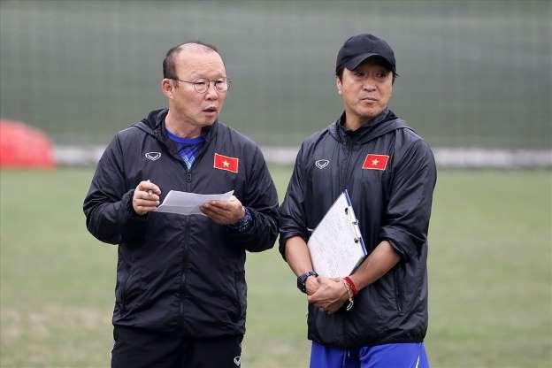 Thầy Park và trợ lý Lee sẽ có cơ hội đối đầu với HLV đẳng cấp World Cup Bert van Marwijk.